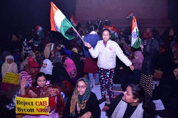 लखनऊ का 'शाहीनबाग' बना 'घंटाघर', कोहरे और ठंड में भी रात भर डटी रहीं महिलाएं