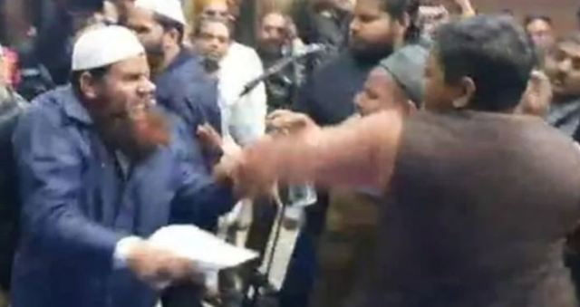 उलेमाओं के कार्यक्रम में दो मुस्लिम गुट आपस में भिड़े, CAA विरोधी नारे लगाने वालों को पीटा