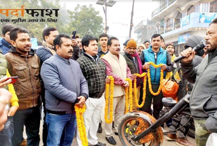 नौतनवा: हेलमेट जागरूकता रैली का चेयरमैन गुड्डू खान ने किया भव्य स्वागत