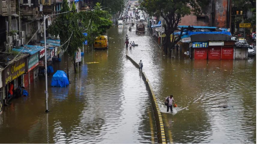 मुंबई में बादल फटा, भारी बारिश में अब तक 24 लोगों की मौत
