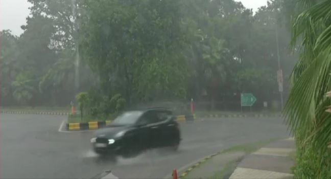 दिल्ली-एनसीआर में अचानक मौसम का मिजाज बदला, तेज हवा के साथ झमाझम बारिश शुरू