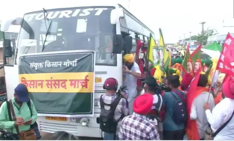 किसानों का संसद मार्च : जंतर-मंतर रवाना हो रहे किसानों की बस पुलिस ने चेकिंग के लिए रोकी