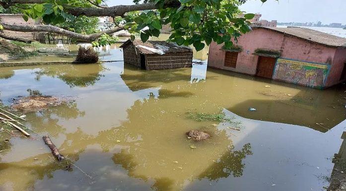 बिहार: लाल निशान से ऊपर बह रही बागमती और गंडक, घरों में बाढ़ का पानी प्रवेश कर गया