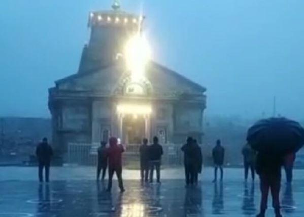 बारिश के चलते केदारनाथ धाम में बढ़ी ठंड, पुजारियों को करना पड़ रहा परेशानियों का सामना