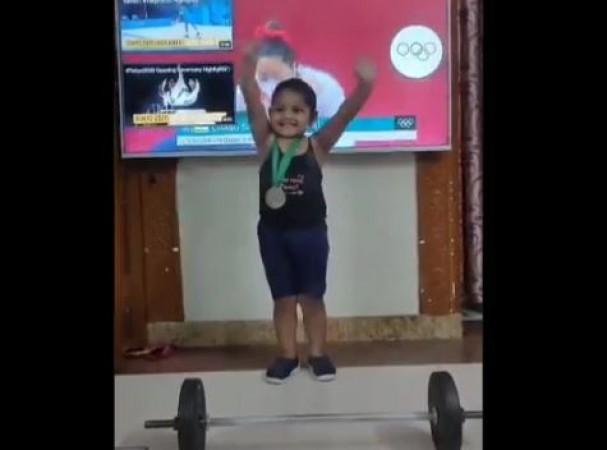 छोटी मीराबाई चानू कर रही Gold medal के लिए खास मशक्कत, VIDEO आपके भी छुड़ा देगा पसीने