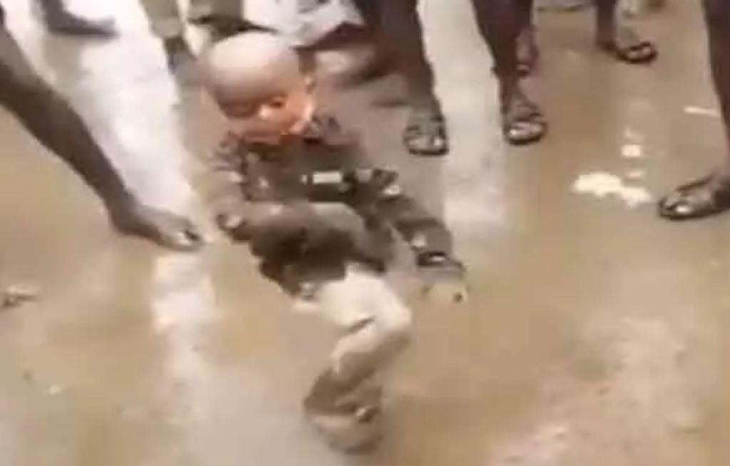 VIDEO: बच्चे ने बीच सड़क पर मास्क लगाकर छोटे बच्चे ने लगाए गजब ठुमके, वीडियो देख आपका भी बन जाएगा दिन