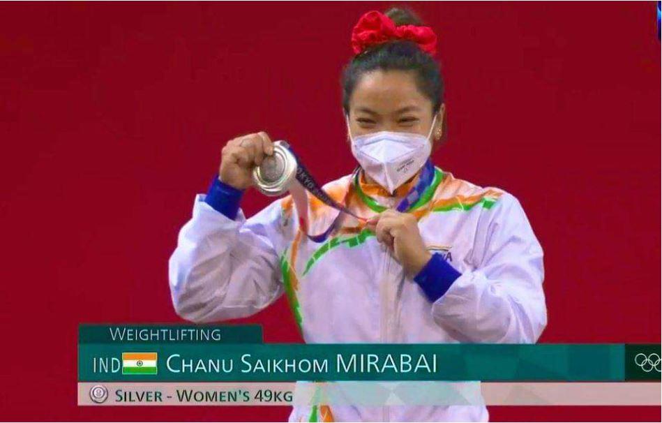 कभी जंगलों में लकड़ियां बीनती थीं मीराबाई चानू, पदक जीत कर के रचा इतिहास