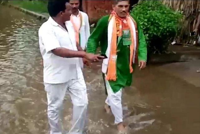 UP: पदयात्रा पर गांव पहुंचे विधायक को ग्रामीणों ने पानी में करा दी सैर, सोशल मीडिया पर वीडियो वायरल