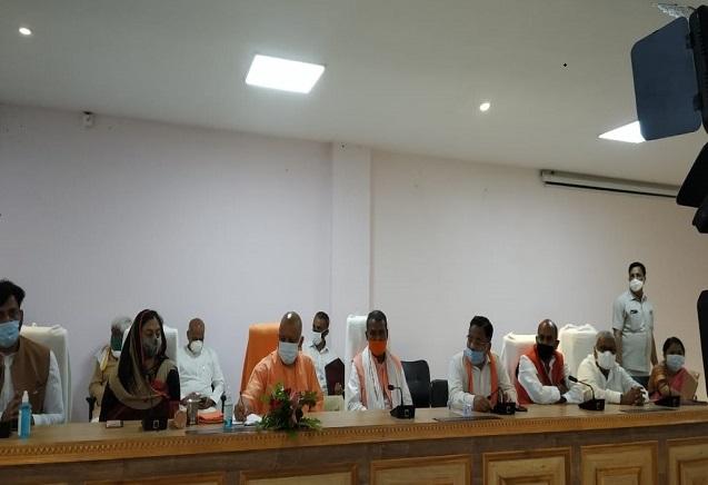 गोरखपुर पहुंचे सीएम योगी आदित्यनाथ, नवनिर्वाचित जिला पंचायत अध्यक्ष और सदस्यों से की मुलाकात