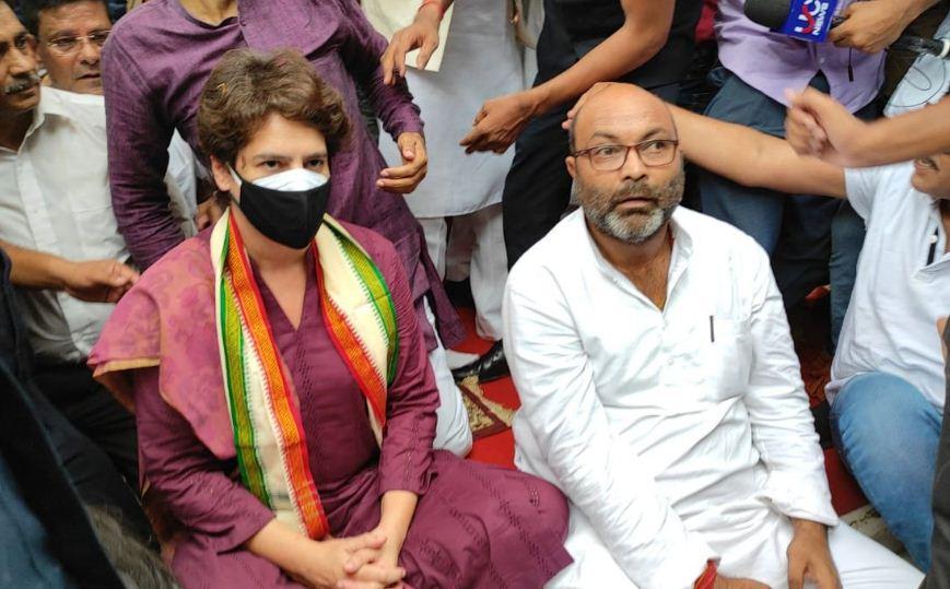 लखनऊ: GPO चौराहे पर गांधी प्रतिमा के समाने मौनव्रत पर बैठीं प्रियंका, भारी संख्या में कार्यकर्ता भी मौजूद