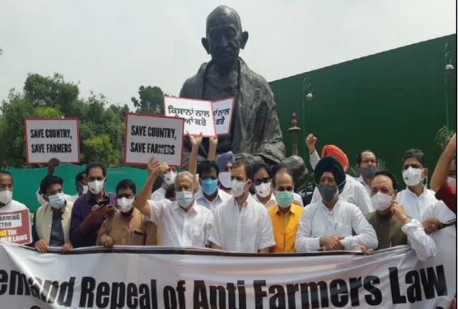 संसद के मॉनसून सत्र के तीसरे दिन भी हंगामा, कृषि कानूनों के विरोध में कांग्रेस का प्रदर्शन