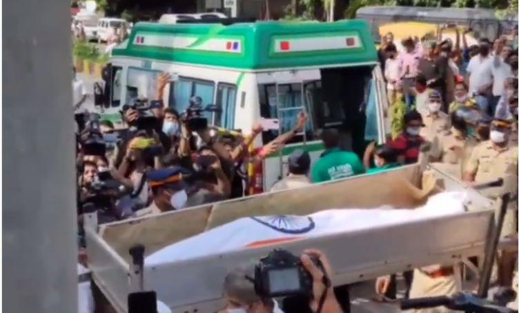 LIVE: तिरंगे में लिपट आखिरी सफर के लिए चले दिलीप कुमार, राजकीय सम्मान के साथ होंगे सुपुर्द-ए-खाक
