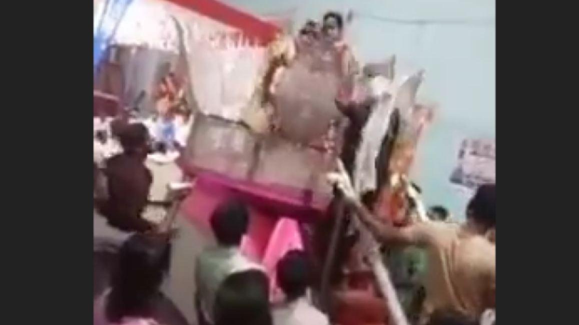 VIDEO: दूल्हा दुल्हन को पहना रहा था वरमाला, अचानक आई मां ने चला दी चप्पल और फिर…