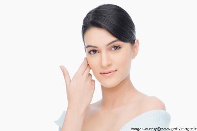 गहरी त्वचा के लिए स्किनकेयर में एसिड का उपयोग कैसे करें