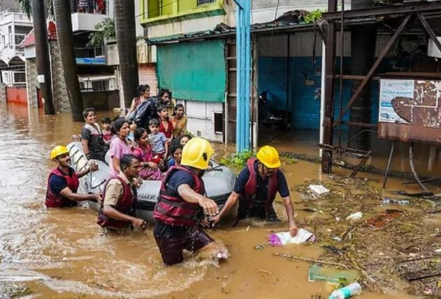 मुंबई में आफत बनी बारिश: दो दिनों में गई 129 लोगों की जान, मलवे में शवों के दबे होने की आशंका