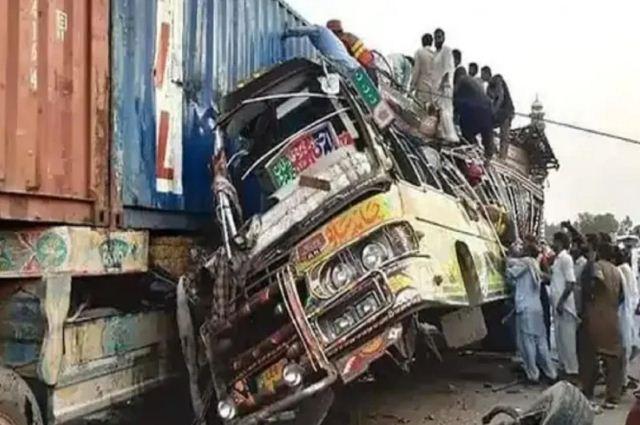 पाकिस्तान में दर्दनाक हादसा: बस और ट्रक की जोरदार भिडंत में 30 यात्रियों की मौत