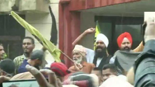 पंजाब: लुधियाना में किसानों ने सिद्धू को दिखाए काले झंडे, विरोध में की नारेबाजी