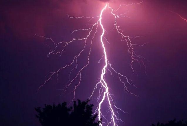 यूपी: काल बनकर बारिश के दौरान गिरी बिजली, सास-बहू समेत 12 की मौत, कई झुलसे