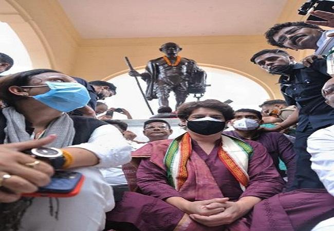 प्रियंका गांधी के धरने के बाद दर्ज हुई एफआईआर, अजय लल्लू समेत 500 लोगों पर केस