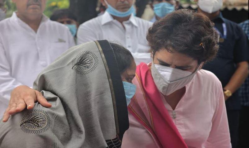 लखीमपुर खीरी : ब्लॉक प्रमुख चुनाव में बदसलूकी की शिकार महिलाओं से प्रियंका गांधी ने की मुलाकात