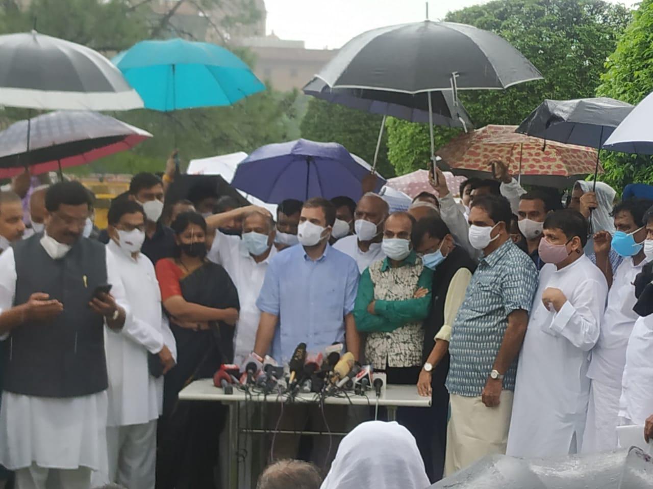 Pegasus : सरकार के खिलाफ विपक्ष का हल्लाबोल, राहुल गांधी ने पूछा- जासूसी मुद्दे पर सरकार सदन में दे जवाब