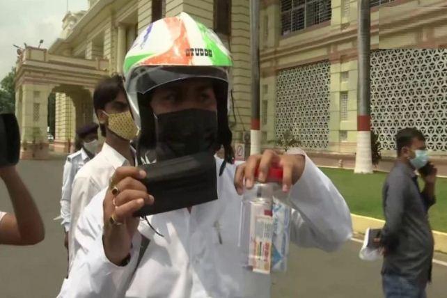 Monsoon session of Bihar Legislature: सदन में भी लगता है राजद विधायकों को डर, जानिए क्यों हेलमेट पहनकर पहुंचे