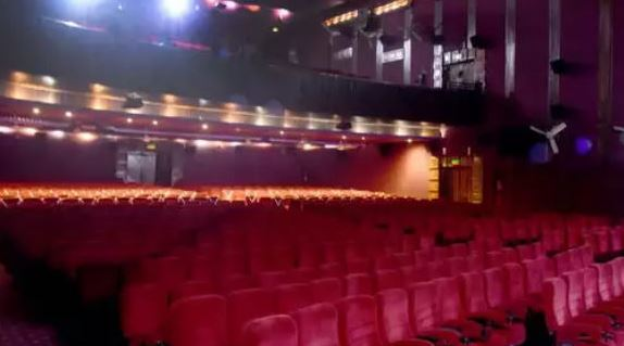कर्नाटक: सरकार ने थिएटर खोलने की दी अनुमति, नाइट कर्फ्यू रात 10 बजे से सुबह 5 बजे तक लागू
