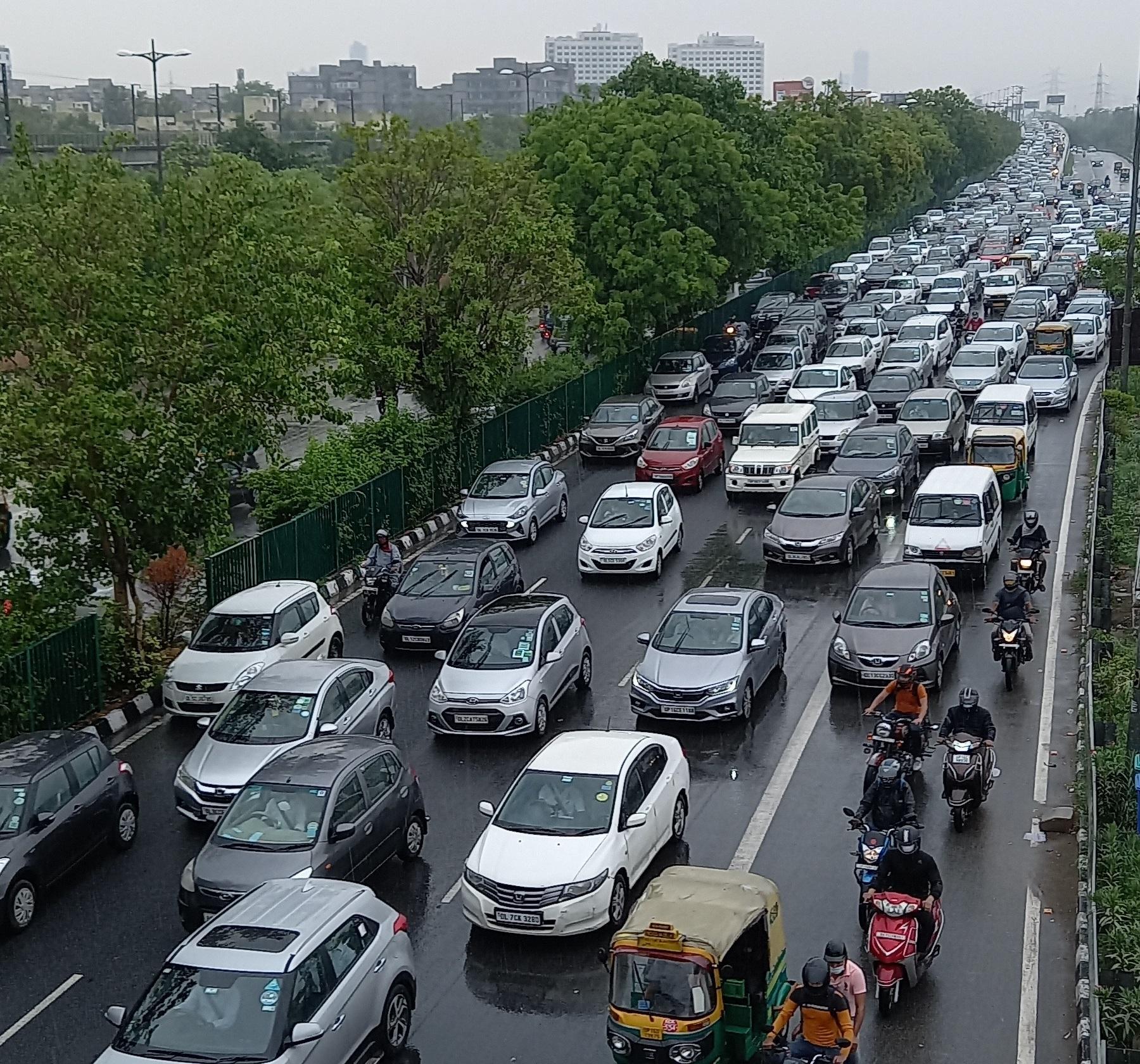 एक घंटे की बारिश में पूरी दिल्ली लबालब, मेरठ एक्सप्रेसवे से अक्षरधाम तक लगा ट्रैफिक जाम