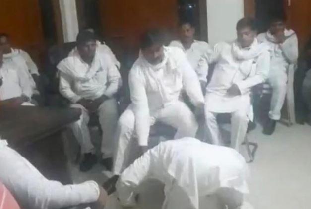 यूपी: अपनी ही पार्टी के जिला पंचायत सदस्यों के पैरों पर क्यों गिरे पूर्व सांसद, वीडियो वायरल