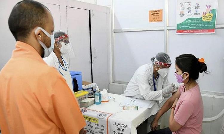 Corona Vaccination: कोरोना टीकाकरण में महाराष्ट्र को पीछे छोड़कर उत्तर प्रदेश बना नंबर वन