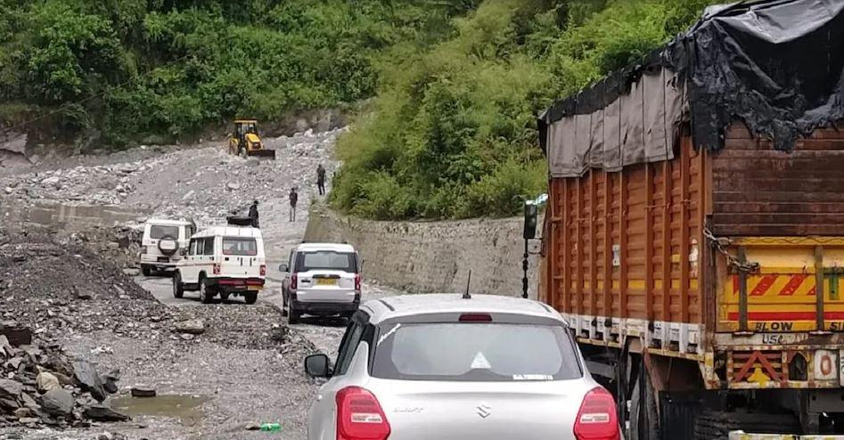उत्तराखंड में भारी बारिश से टूट रहे हैं पहाड़, बद्रीनाथ हाइवे तीन जगह बंद लगा लंबा जाम