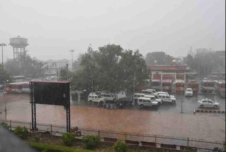 मौसम विभाग ने जारी किया रेड अलर्ट, यूपी के कई शहरों में झमाझम बारिश शुरु