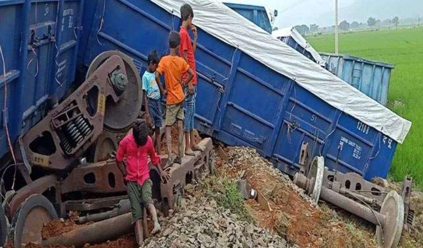 भीषण ट्रेन हादसा: 14 डब्बे पटरी से उतार पलटे, फिर हुआ ब्लास्ट बोगियों के उड़े परखच्चे
