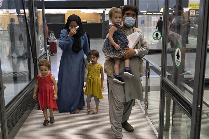 Kabul Airport पर पानी की 1 बोतल 3 हजार तो चावल 7500, भूख से तड़पते लोगों का जीना मुहाल….