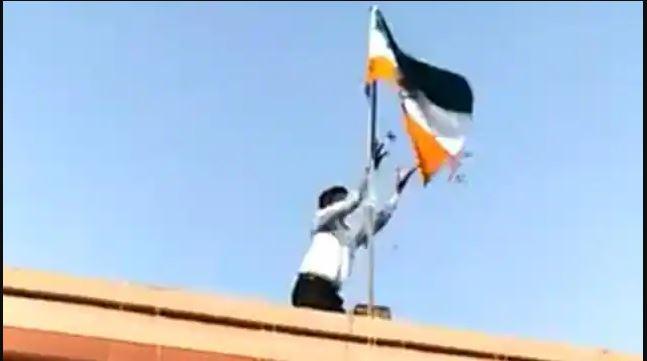 औरैया के जिलाधिकारी कार्यालय में फहराया गया उल्टा झंडा , वीडियो सोशल मीडिया पर वायरल