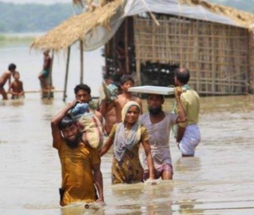 फतेहपुर:-यमुना नदी का पानी गांव में घुसा,ग्रामीण नाव के ले रहे सहारा
