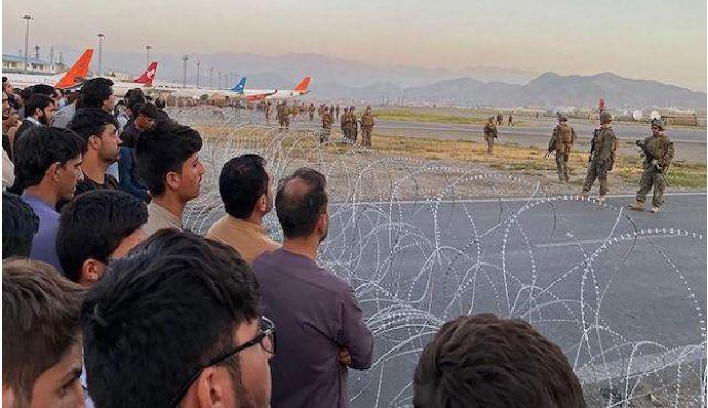 Afghanistan Crisis: काबुल एयरपोर्ट पर अफगान फोर्स और हमलावरों के बीच गोलीबारी, एक जवान की मौत