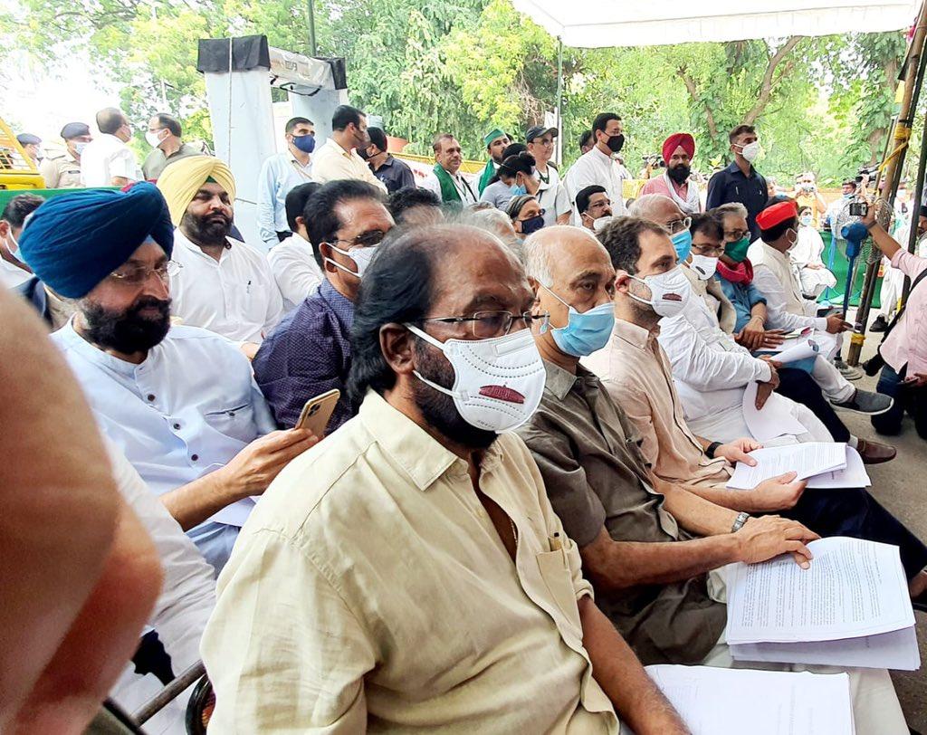 जंतर-मंतर 'किसान संसद' में पहुंचा विपक्ष , 'किसान बचाओ, भारत बचाओ' का लगाया नारा
