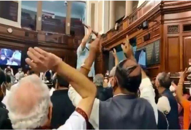 शर्मनाक : राज्यसभा में विपक्ष का हंगामा, वेल में पहुंचे सदस्य और रूल बुक सभापति के आसन के तरफ फेंका