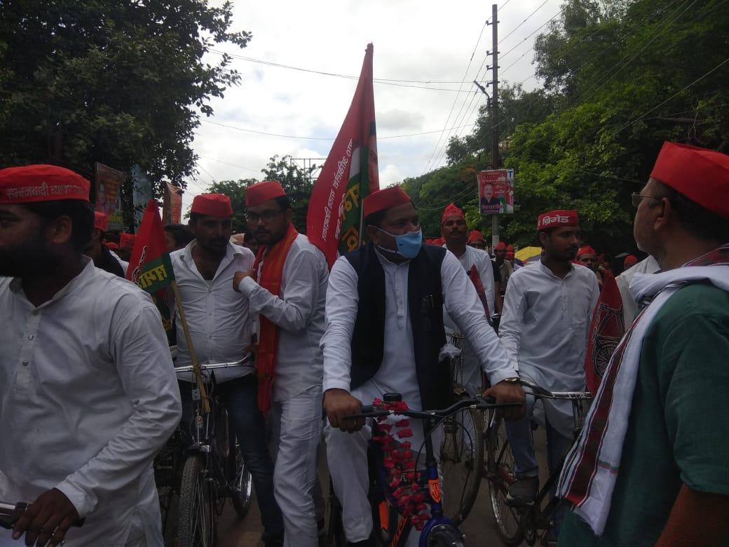 बांदा : समाजवादी पार्टी के कार्यकर्ताओं ने महंगाई को लेकर निकाली साइकिल रैली