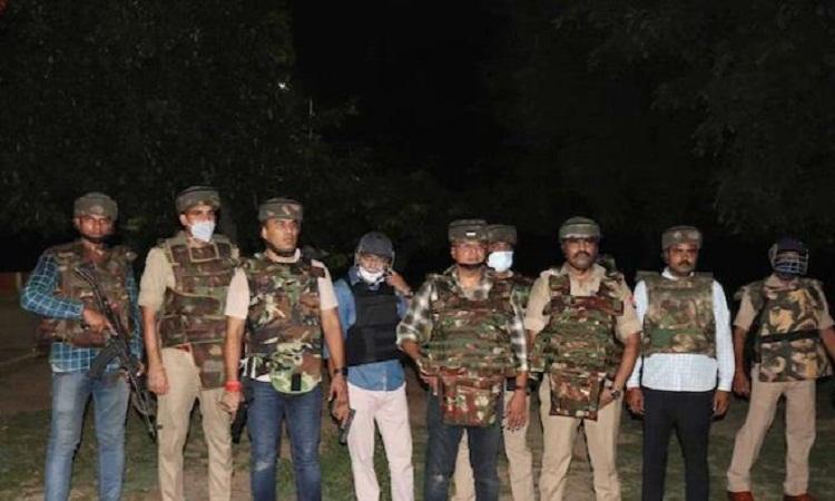 Encounter: पुलिस मुठभेड़ में मारा 50 हजार का इनामी शातिर लुटेरा, दारोगा और सिपाही भी घायल
