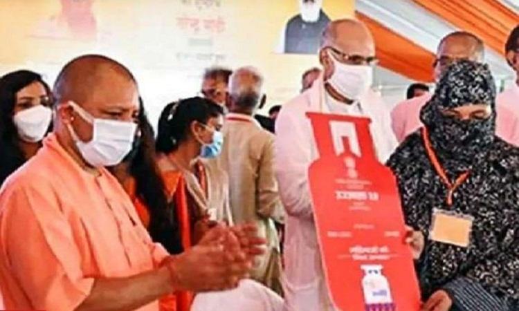 Ujjwal Yojana 2.0: 20 लाख लोगों को मिलेगा लाभ, सीएम योगी बोले-महिला सशक्तिकरण की बड़ी मिशाल है ये योजना