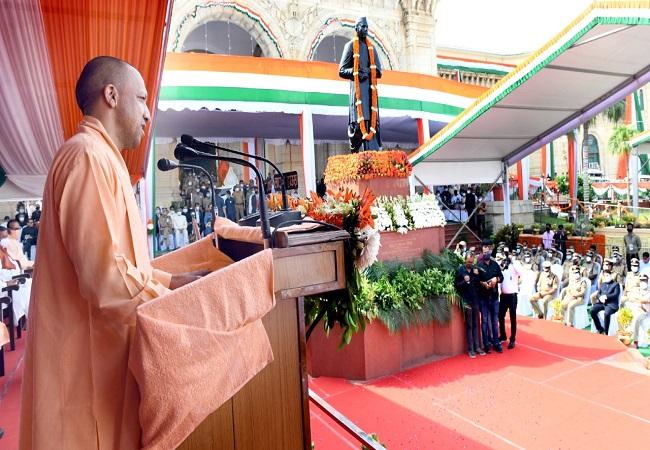 सीएम योगी ने UP Vidhan Bhavan पर फहराया तिरंगा, सभी क्रांतिकारियों को किया नमन