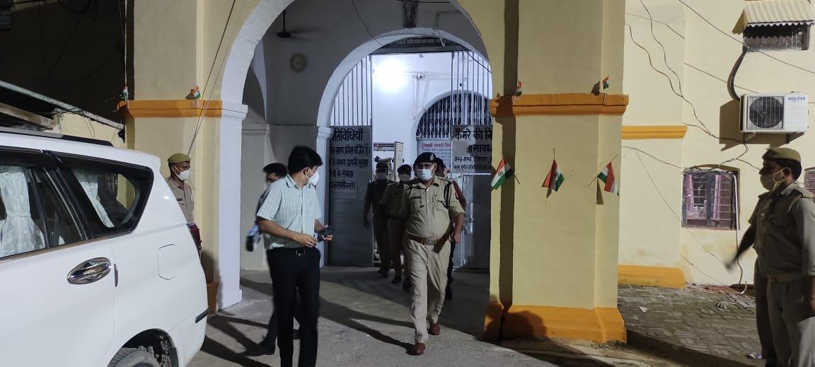 गोरखपुर जेल में डीएम-एसएसपी का औचक निरीक्षण में कई आपत्तिजनक वस्तुएं बरामद