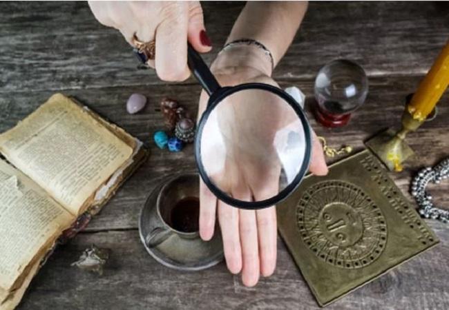 Astrology: अगर आपके हाथों में हैं ऐसी रेखाएं तो आप हैं बहुत ही किस्मत वाले, जानिए…