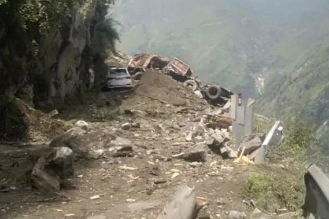 Himachal Pradesh: किन्नौर में बड़ा हादसा, चट्टान गिरने से बस और कार दबी, 40 लोगों मलबे में दबे होने की आशंका