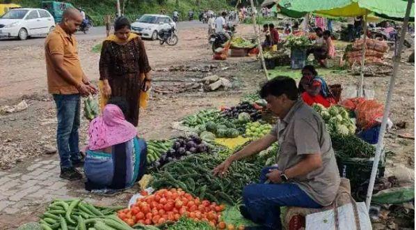 यूपी: सड़क किनारे सब्जी बेचते दिखे आईएएस अफसर, फोटो वायरल, जानिए पूरा मामला