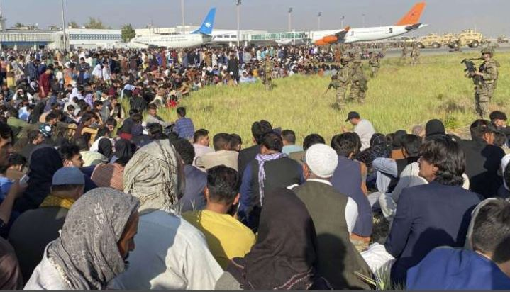 Afghanistan Crisis: दीवार के एक तरफ बदहाली तो दूसरी तरफ दहशत, काबुल एयरपोर्ट पर खौफ का ये मंजर