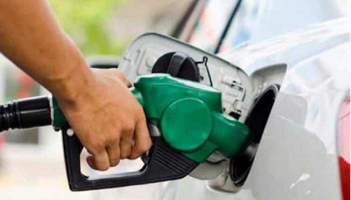 एक महीने में पहली बार पेट्रोल की कीमतों में कटौती: डीजल फिर नीचे