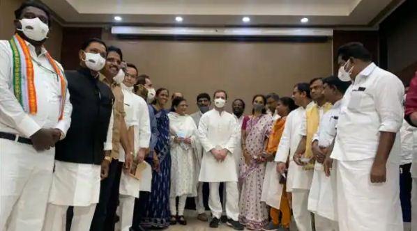 राहुल गांधी ने विपक्षी दलों को फिर किया एकजुट करने की कोशिश, साइकिल से पहुंचे संसद